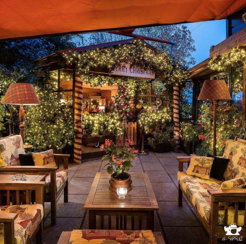 Divani e tavoli in legno con luci di natale ovunque